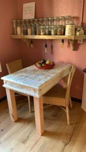 Tisch und Regal